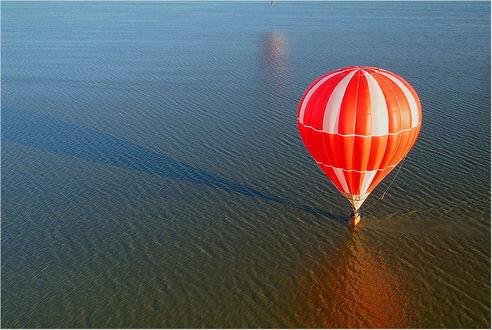 Обои Красивый разноцветный воздушный шар приводнился на водную гладь озера, покрытого небольшой рябью, фотография Нетушки