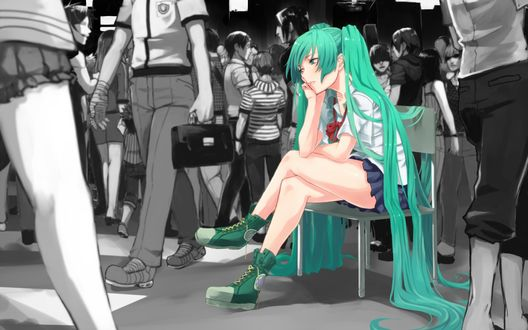 Обои Vocaloid Hatsune Miku / Вокалоид Хатсуне Мику в школьной форме сидит на стуле, скучая на фоне серой толпы