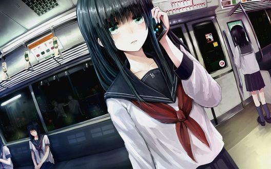 Обои Темноволосая девушка в школьной форме едет в поезде, разговаривая по телефону, из окошек виден ночной город