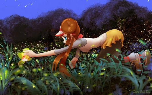 Обои Девушка пытается поймать какое-то существо, стоя на коленях в траве на фоне деревьев и ночного неба