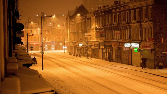 Обои Заснеженная ночная улица города