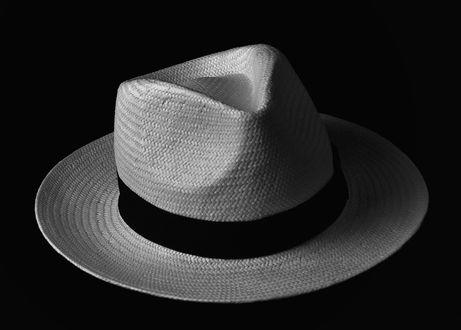 Обои Мужская шляпа на черном фоне, фотограф Bill Gracey