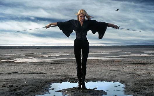 Обои Фотомодель Оксана Креницкая / Oksana-Krenickaya стоит на морском побережье в готическом костюме с двумя катанами в руках. Фотограф Руслан Кадиев / Ruslan Kadiev