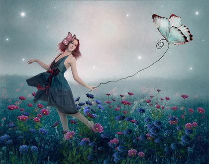 Обои Улыбающаяся рыжеволосая девушка с заколкой-бабочкой в волосах, идущая по полю с разноцветными герберами, держащая в руке веревку с привязанной к ней бабочкой на фоне звездного неба, покрытого туманной дымкой, фотография Nataliorion