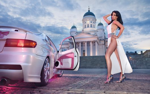 Обои Модель Frizzi Arnold / Фриззи Арнольд в открытом длинном белом платье стоит около машины с открытой дверью, Helsinki / Хельсинки, Finland / Финляндия