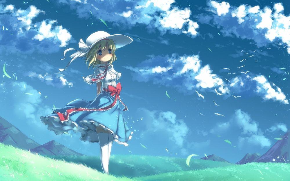 Обои для рабочего стола Девушка в платье и в шляпе стоит на зеленом поле на фоне гор и неба