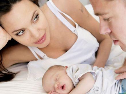 Обои Анджелина Джоли / Angelina Jolie и Бред Питт / Brad Pitt нежно смотрят на свою новорожденную дочку Шайло Нувель / Shiloh Nouvel