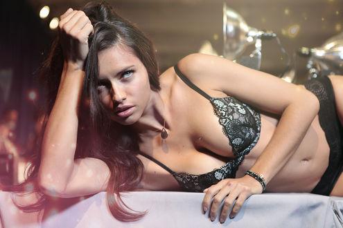 Обои Бразильская супермодель Адриана Лима / Adriana Lima лежит в черном нижнем белье