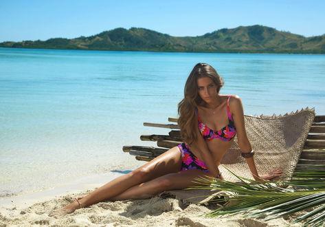 Обои Испанская модель Клара Алонсо / Clara Alonso в цветастом купальнике на пляже