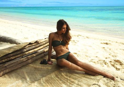 Обои Испанская модель Клара Алонсо / Clara Alonso в черном купальнике на пляже