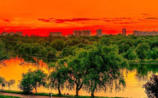 Обои Одно из красивейших мест столицы Румынии Национальный парк на фоне багряного заката, город Бухарест, Румыния / Bucharest, Romania