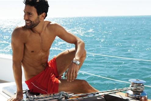 Обои Актер Ноа Миллс / Noah Mills в красных шортах на палубе яхты