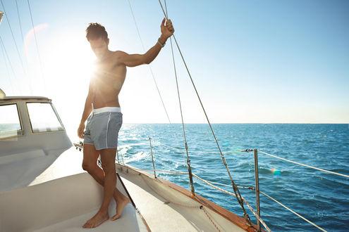 Обои Актер Ноа Миллс / Noah Mills в серых шортах на палубе яхты