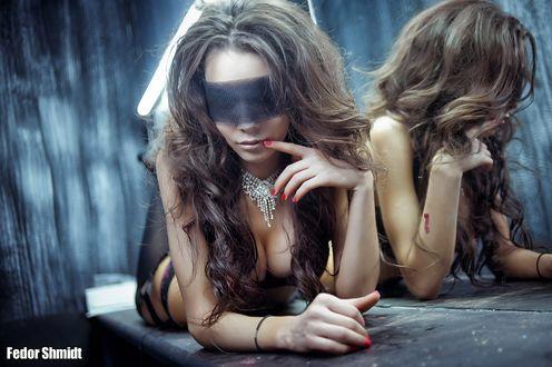 Обои Девушка в черном белье и повязке лежит у зеркала, фотограф Fedor Shmidt / Федор Шмидт