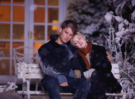 Обои Дакота Фэннинг / Dakota Fanning и Джереми Ирвин / Jeremy Irvine сидят на замерзшей лавочке, кадр из фильма Сейчас самое время / Now Is Good