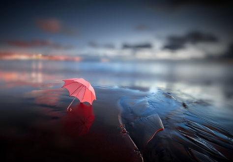 Обои Розовый зонтик, лежащий на песчаном морском побережье, фотография ELOP