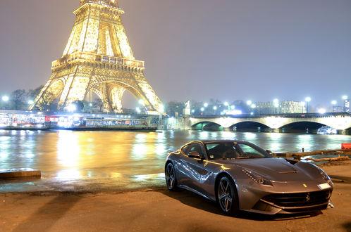 Обои Автомобиль Ferrari F12 Berlinetta / Феррари F12 Берлинетта на берегу Сены / Seine в свете лучей от Эйфелевой башни / Eiffel Tower, Париж, Франция / Paris, France