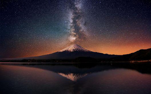 Обои Галактика млечный путь и звездное небо над заснеженной вершины горы Фудзиямы, у подножия которой располагается озеро и город Токио / Tokyo, Япония / Japan