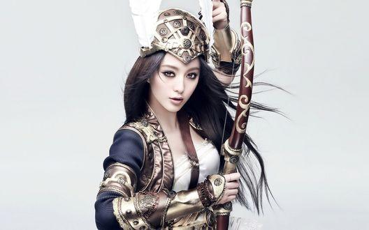 Обои Китайская фотомодель Fan Bingbing / Фань Бинбин одетая в латы держит в руке боевой лук