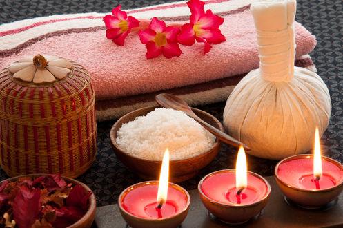Обои Спа набор - свечи, морская соль, мешочек для подогрева соли и цветы на полотенцах