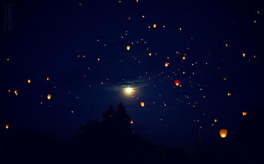 Обои Огромное количество зажженных китайских фонариков парит в ночном небе со светящейся луной, фотография Жени Пуш
