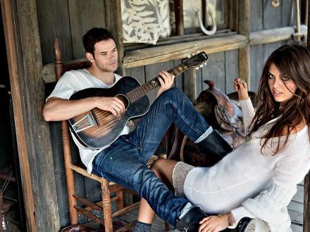 Обои Келлан Латс / Kellan Lutz играет на гитаре для девушки на веранде старого деревянного дома