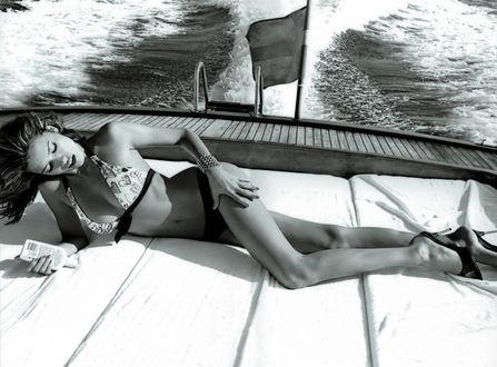Обои Бразильская супермодель Адриана Лима / Adriana Lima лежит на корме яхты и мажется кремом