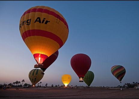 Обои Разноцветные спортивные воздушные шары стартуют с грунтовой площадки в вечернее небо, фотография VladimirD