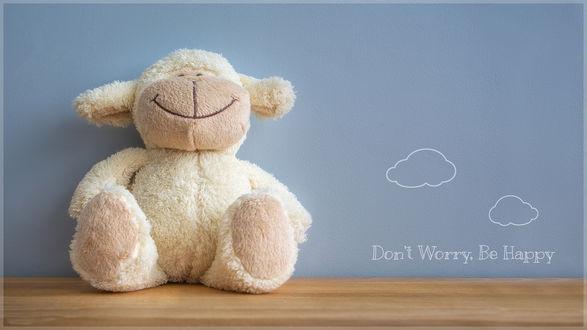 Обои Игрушечная овечка с широкой улыбкой (Dont Worry Be happy / Не переживай, будь счастливым)