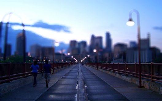 Обои Люди прогуливаются по вечернему городу