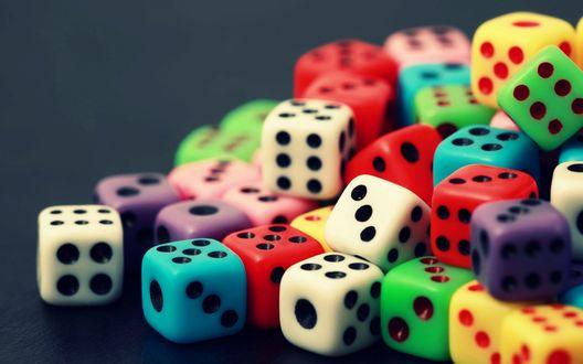 Обои Разноцветные игральные кубики