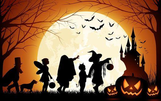 Обои Силуэты детей, одетых в различные карнавальные костюмы для празднования Хэллоуина / Halloween, держащие в руках подарки на фоне яркого света луны, парящих птиц, замка и Cветильника Джека / Jack Light, лежащего под деревом