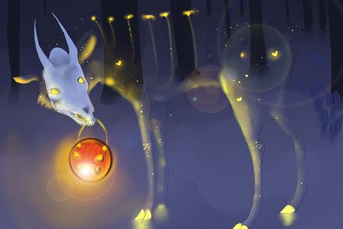 Обои Полупрозрачный призрак оленя, с черепом козла на голове, держит во рту фонарь в виде лица из тыквы, стоя в заснеженном лесу