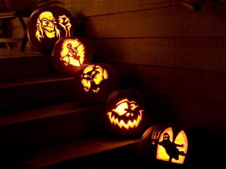 Обои Смешные светильники Джека / Jack Light на лестнице дома в Halloween / Хэллоуин