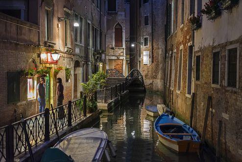 Обои Узкий канал в Венеции / Venice, лодки пришвартованы у стен зданий и два мужчины разговаривают возле дома, Италия / Italy