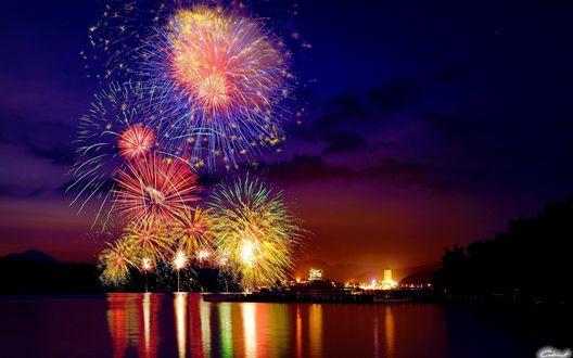Обои Фейерверк около озера на фоне ночного города