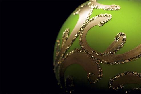 Обои Новогодний шар зеленого цвета
