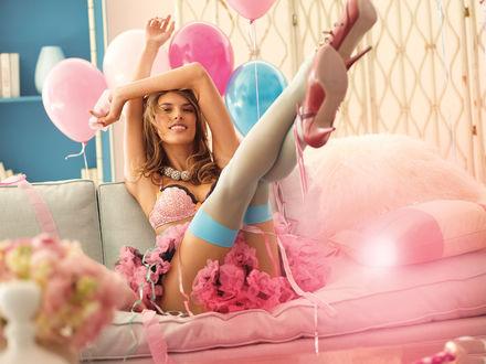 Обои Бразильская супермодель Алессандра Амбросио / Alessandra Ambrosio в ярком нижнем белье сидит на диване, задрав ноги, а сзади у нее воздушные шарики