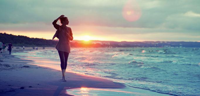 Обои Девушка гуляет по побережью моря во время заката