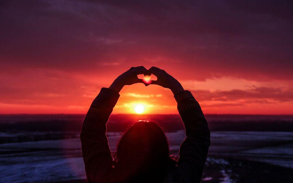 Картинки девушек на закате с сердечком