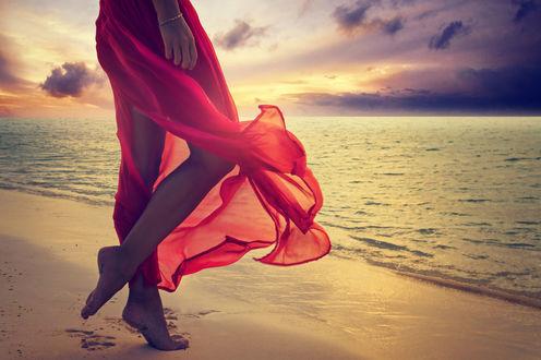 Обои Девушка в красном платье босиком стоит на берегу моря