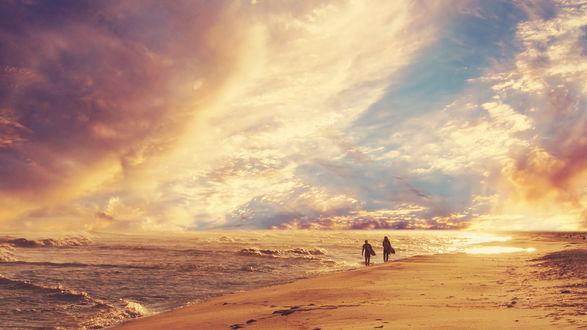 Обои Двое мужчин с серфбордами идут по берегу моря на фоне красивого неба