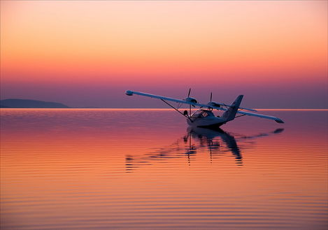 Обои Легкий гидросамолет-амфибия С-400 Капитан, приводнившийся на зеркальной глади озера на фоне красивого, нежного розово-фиолетового заката, отразившегося на водной поверхности, фотография Евгения Харланова