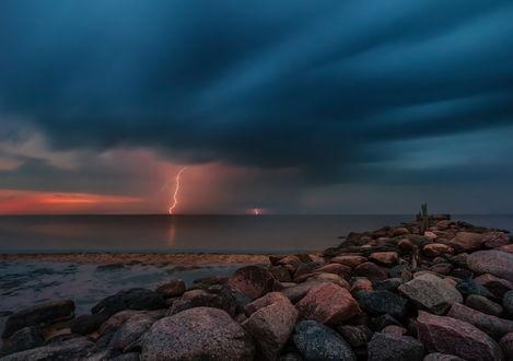 Обои Неширокий каменный пирс, уходящий в море на фоне темных грозовых туч на небе и сверкающих молний, фотография Tamara Petrejcva