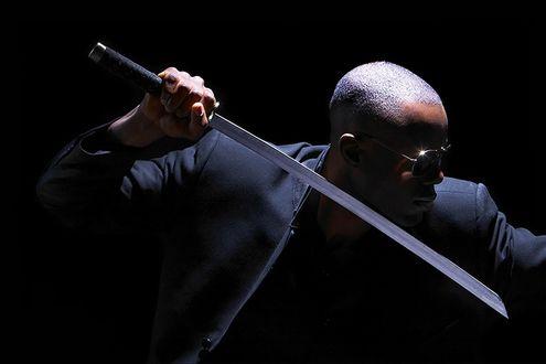 Обои Чернокожий мужчина в солнцезащитных очках держит в руке катану