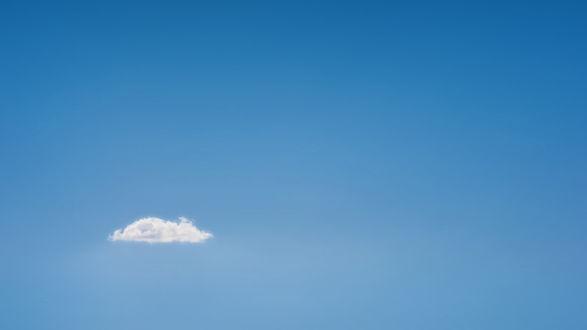 Обои Одинокое облако на фоне голубого неба