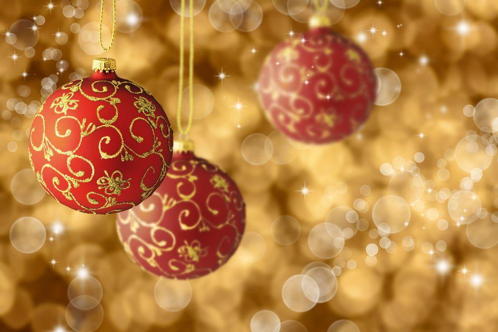 ce558a8957a Обои для рабочего стола Красные новогодние шары с витиеватым золотым узором