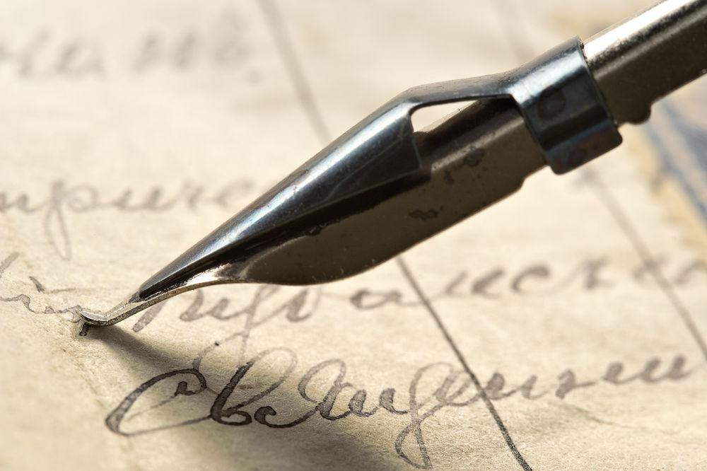 Обои Старое письмо, в центре кадра крупным планом железное перо на ...