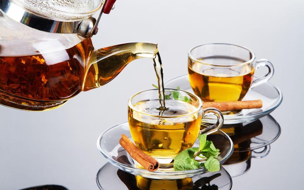 Обои для рабочего стола Две кружки ароматного чая с палочками корицы и листьями мяты