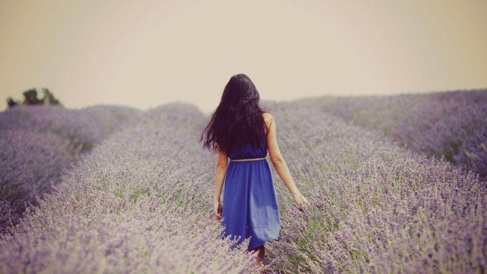 Девушка бежит по полю в платье